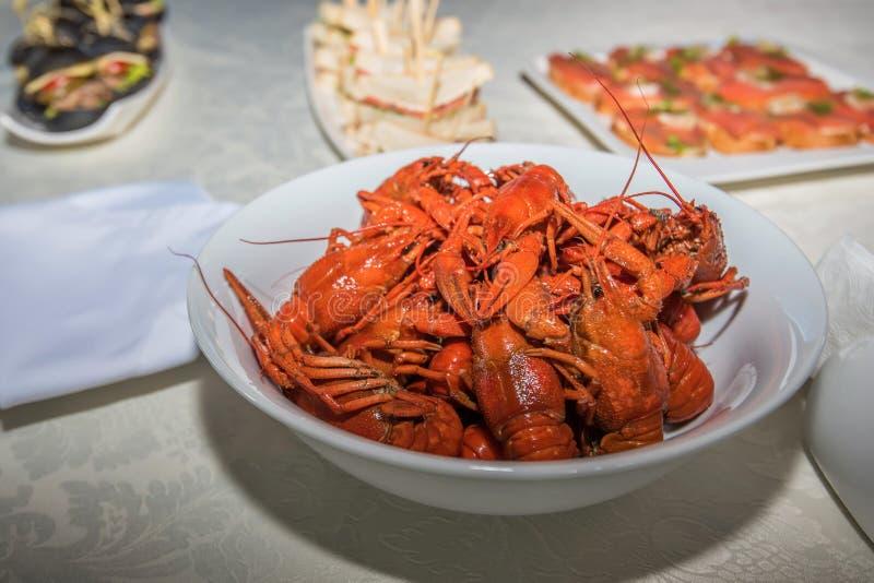 Gotujący crayfishes w bielu talerzu na stole fotografia royalty free