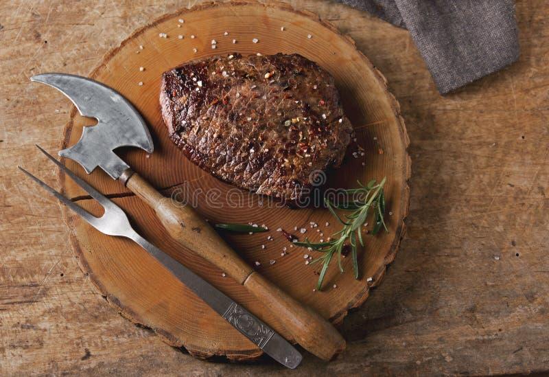 Gotujący grill wołowiny stek z smażącymi pomidorami i grulami zdjęcia stock
