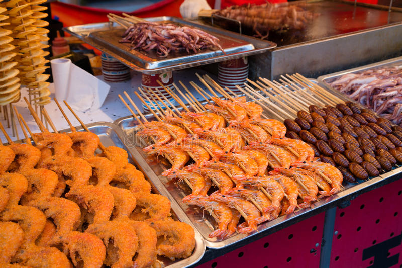 Gotujący jeść garneli, kałamarnicy, gruli i silkmoth larwy, obraz stock