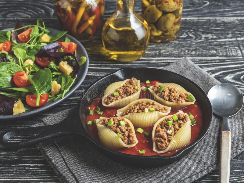 Gotujący makaronu conchiglioni faszerował minced mięso, pomidorowy kumberland fotografia royalty free