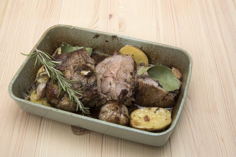 Gotujący mięso w ceramicznym naczyniu z piec grulami obraz royalty free
