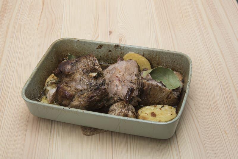 Gotujący mięso w ceramicznym naczyniu z piec grulami zdjęcia royalty free