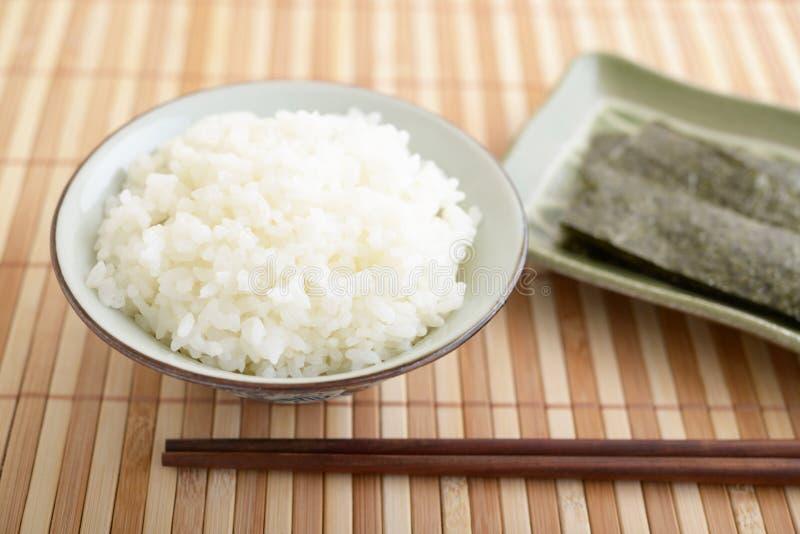 Gotujący Rice w pucharze obraz royalty free