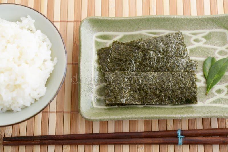 Gotujący Rice w pucharze zdjęcie royalty free