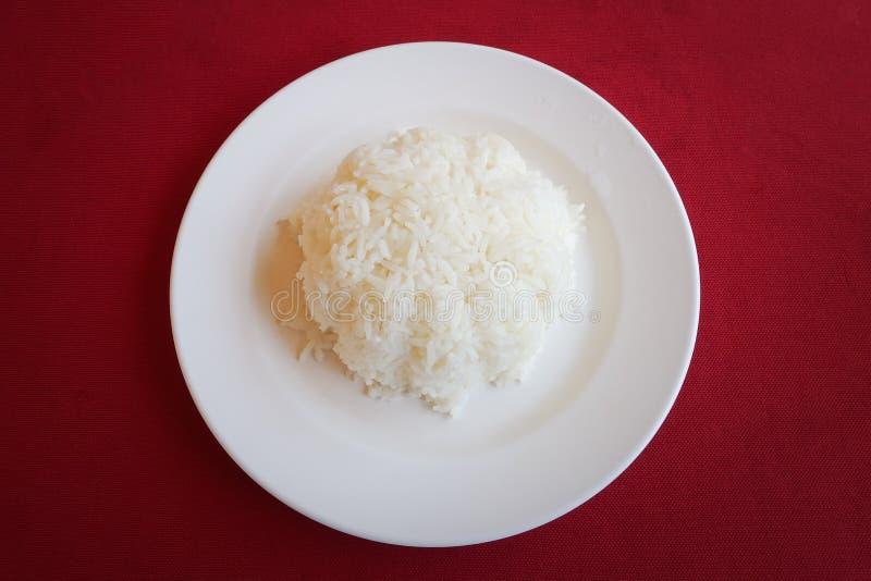 Gotujący ryż z talerzem zdjęcie royalty free
