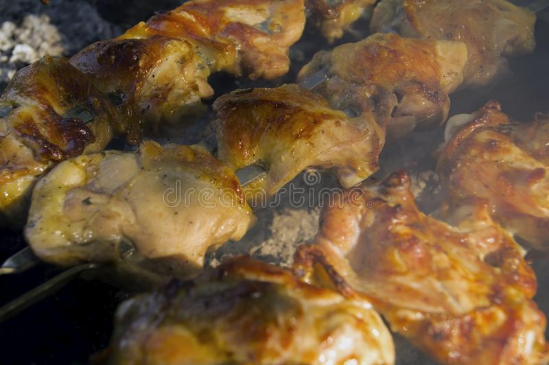 Gotujący, soczyści kurczaków kawałki na grillu, obraz royalty free