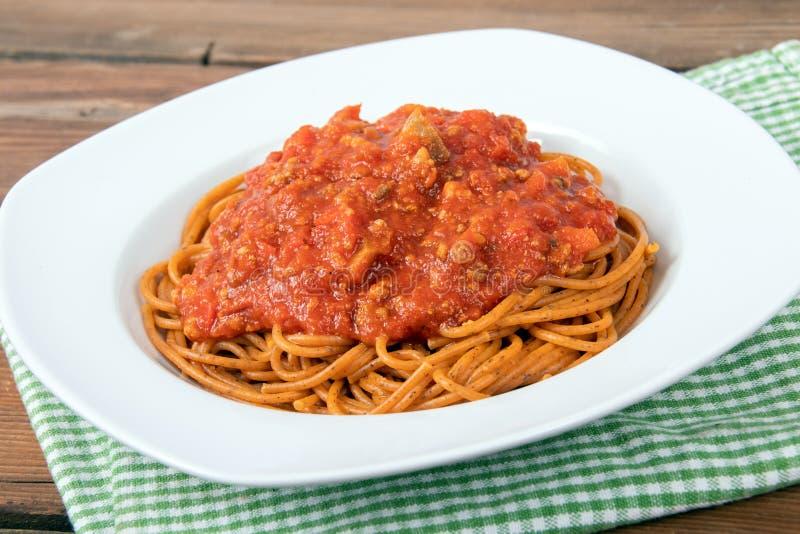 Gotujący spaghetti makaron nad drewnianym stołem obrazy royalty free