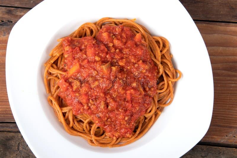 Gotujący spaghetti z pomidorowego kumberlandu makaronem zdjęcie stock