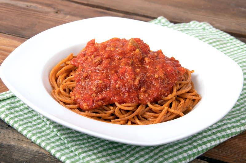 Gotujący spaghetti z pomidorowego kumberlandu makaronem fotografia royalty free
