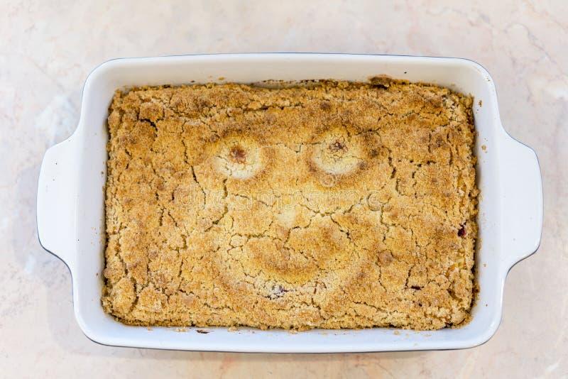 Gotujący tort z uśmiechem zdjęcia royalty free