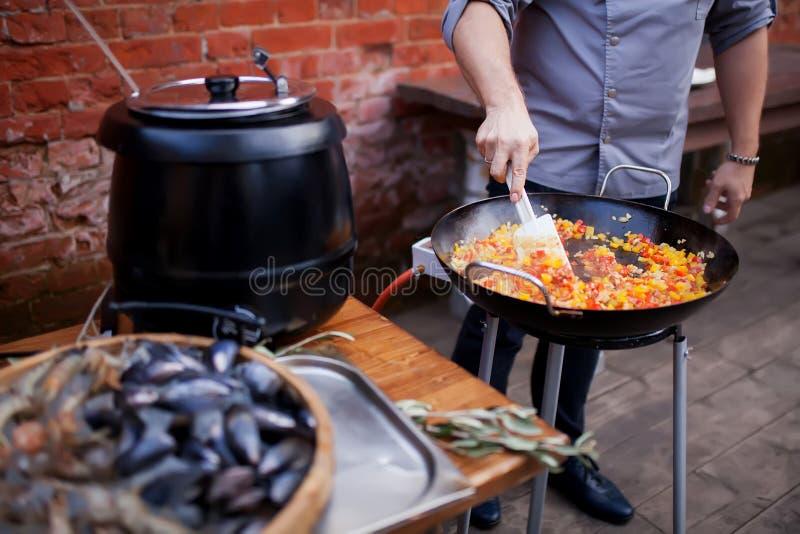 Gotujący tradycyjnego Hiszpańskiego Paella z dennym jedzeniem i robić obraz stock