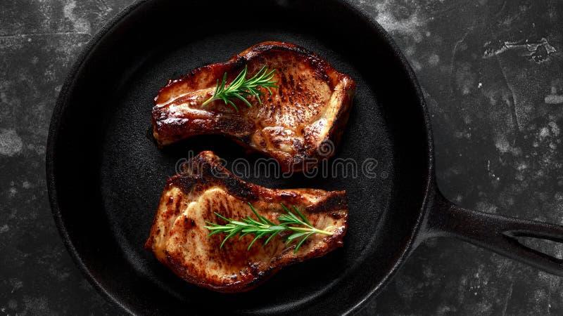 Gotujący wieprzowiny Loin sieka w nieociosanej rynience, niecka z rozmarynami Odgórny widok Tło fotografia stock