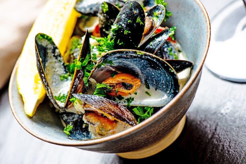 Gotuj?cy b??kitni mussels obrazy royalty free