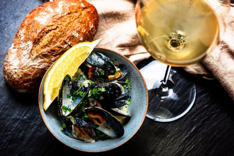 Gotuj?cy b??kitni mussels zdjęcia stock