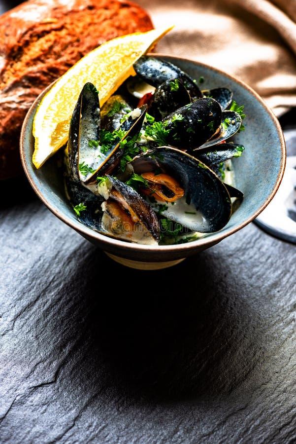 Gotuj?cy b??kitni mussels obrazy stock