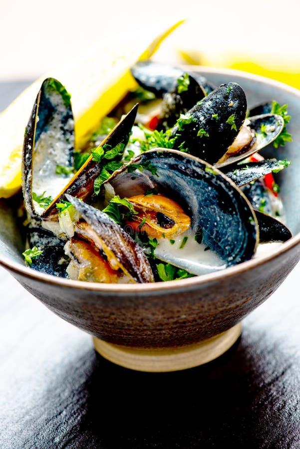 Gotuj?cy b??kitni mussels fotografia stock