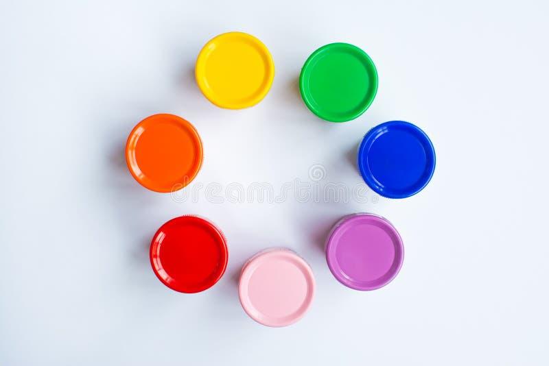 Gouache multicolore su un fondo bianco sotto forma di un fiore Colori del Rainbow fotografia stock libera da diritti