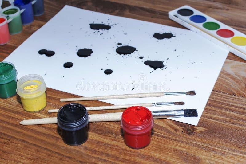Gouache, nappe, pittura dell'acquerello, foglio di carta bianco fotografie stock