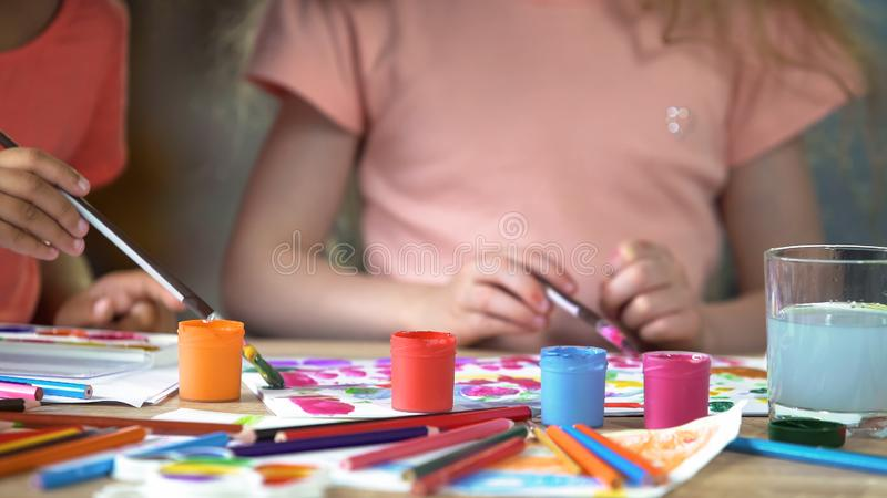 Gouachestellung auf Tabelle in der Kunstakademie, Kinder, die ein Bild am Kunstverein malen lizenzfreie stockfotografie