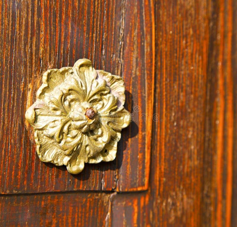 goud in de kolom van Italië Lombardije oud Milaan   clos royalty-vrije stock foto
