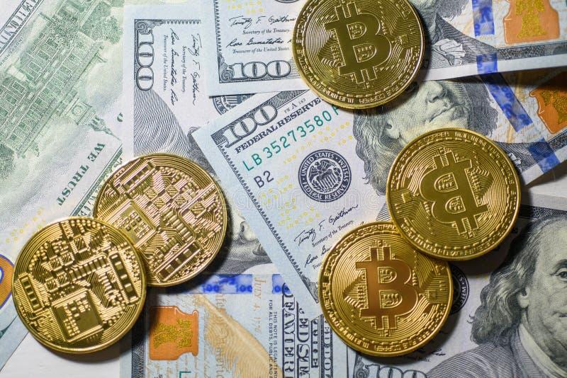 Goud die bitcoins over de honderd dollarsrekeningen leggen royalty-vrije stock fotografie