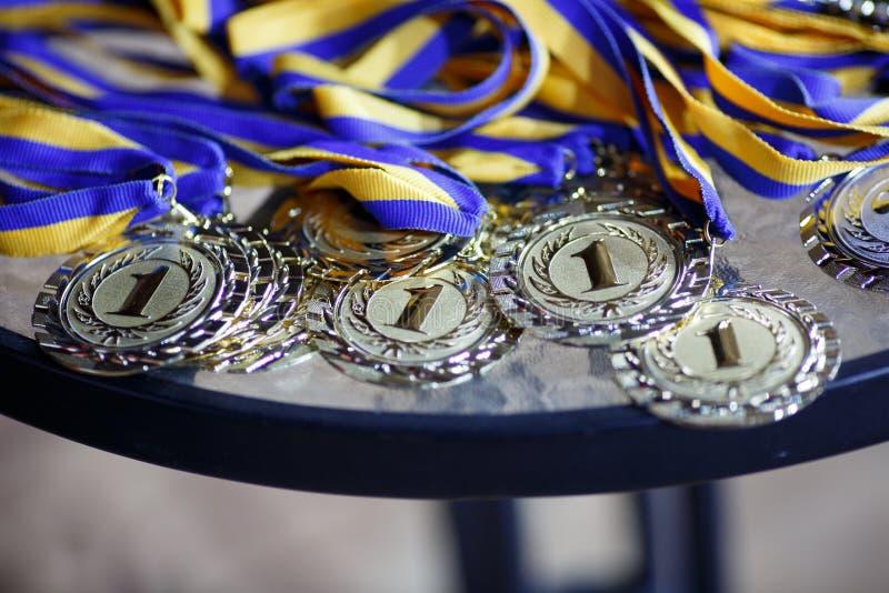 Goud en zilveren medailles met linten voor winnaar in de concurrentie stock afbeeldingen