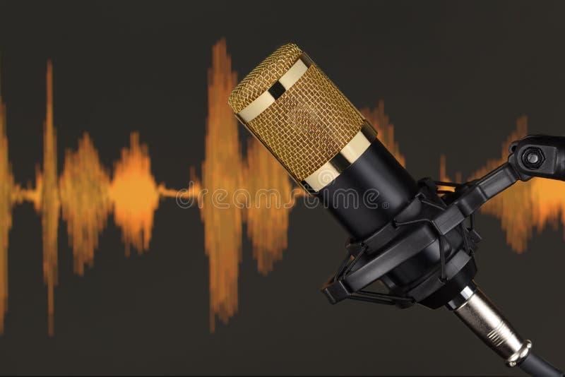 Goud gekleurde condensatormicrofoon over golfvorm royalty-vrije stock foto's
