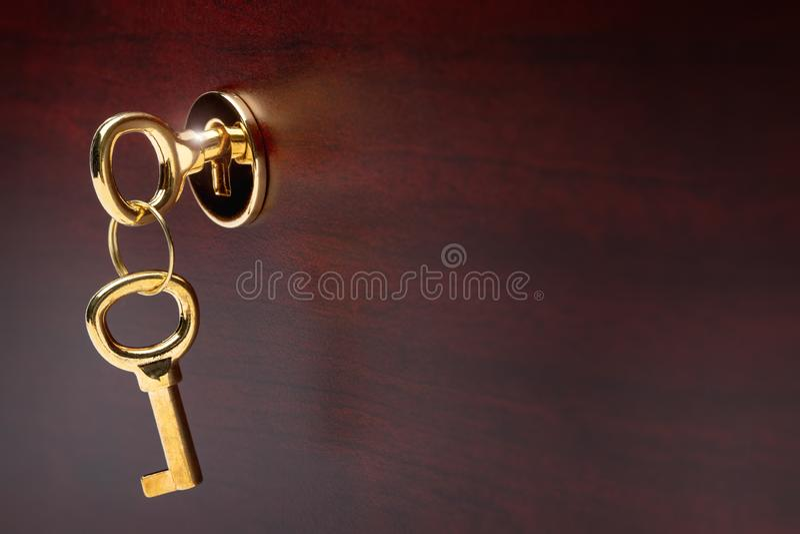 Goud geplateerde sleutels in het kasteel van luxueus meubilair stock foto's
