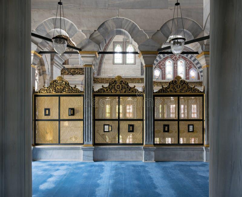 Goud geschilderde verfraaide Doorschoten houten vensters Mashrabiya binnen drie marmeren bogen, Nuruosmaniye-Moskee, Istanboel, T royalty-vrije stock afbeeldingen