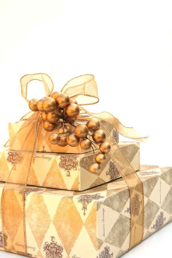 Goud verpakte aanwezige Kerstmis stock afbeelding