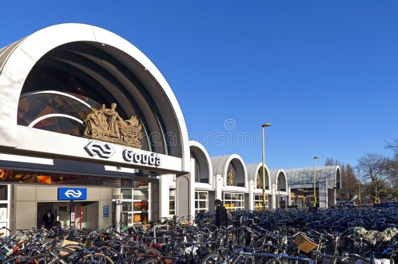 Gouda de la estación de tren con el estacionamiento atestado de la bicicleta fotografía de archivo libre de regalías