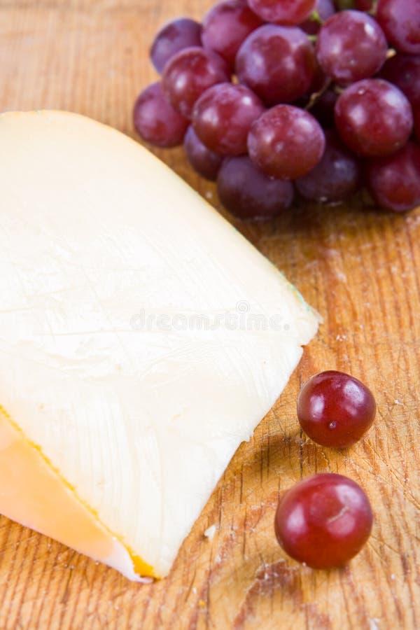 Gouda en druiven stock foto