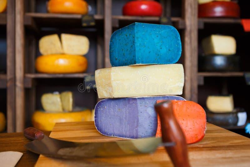 Gouda pesto sera asortyment Lawenda, błękit, fiołek i czerwień przy sklepu spożywczego sklepu tłem, zdjęcia royalty free