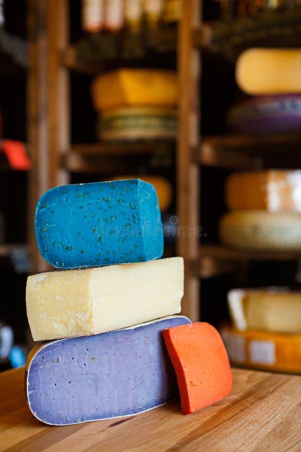 Gouda pesto sera asortyment Lawenda, błękit, fiołek i czerwień przy sklepu spożywczego sklepu tłem, obrazy stock