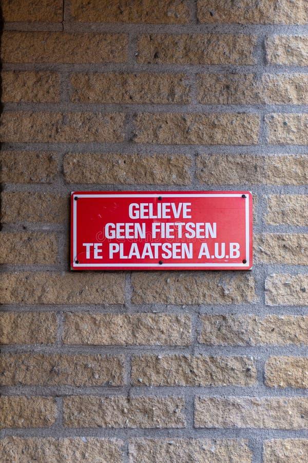 Gouda, Sul-Holanda/Países Baixos - 27 de outubro de 2018: O sinal pequeno da parede que indica povos não pode estacionar suas bic imagem de stock royalty free