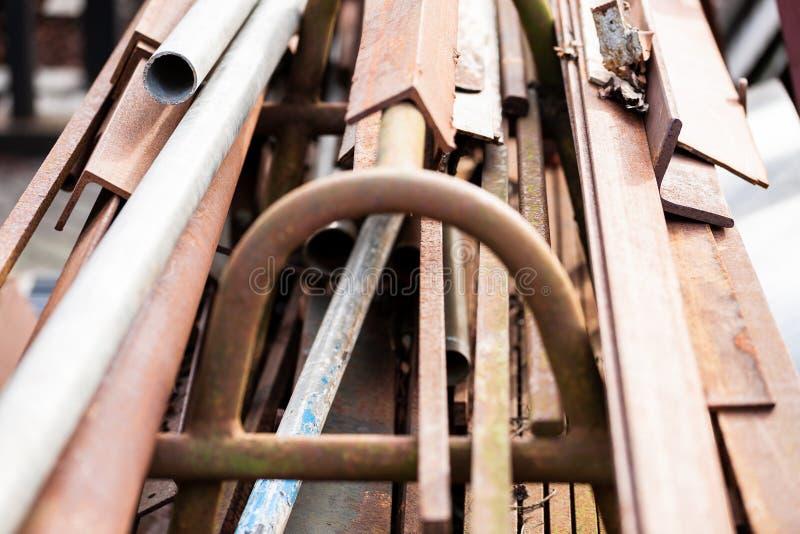 Gouda, Zuid-Holland/Nederland - Februari 9 2019: close-up van oud opgeslagen metaalvuilnis en verlaten overschotten op een oude s royalty-vrije stock afbeelding