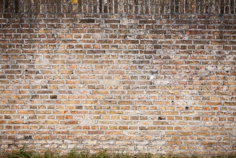 Gouda, Zuid-Holland/Nederland - Februari 9 2019: de oude muur van de baksteensteen in het stadscentrum van Gouda met vrij wat pat royalty-vrije stock foto