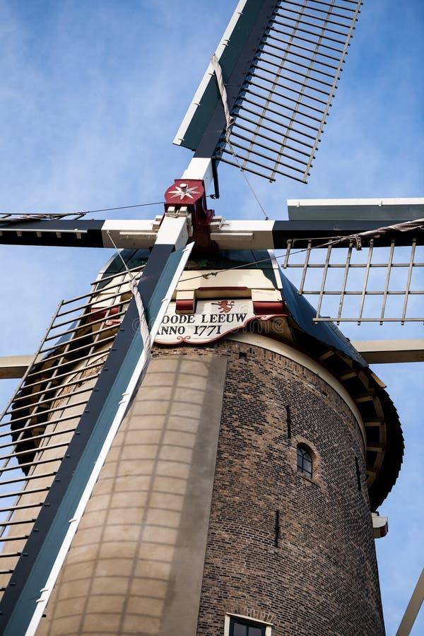 Gouda, Zuid-Holland/Nederland - Februari 9 2019: Rode Leeuw oude windmolen in het centrum van de Goudastad in portretstijl stock afbeeldingen