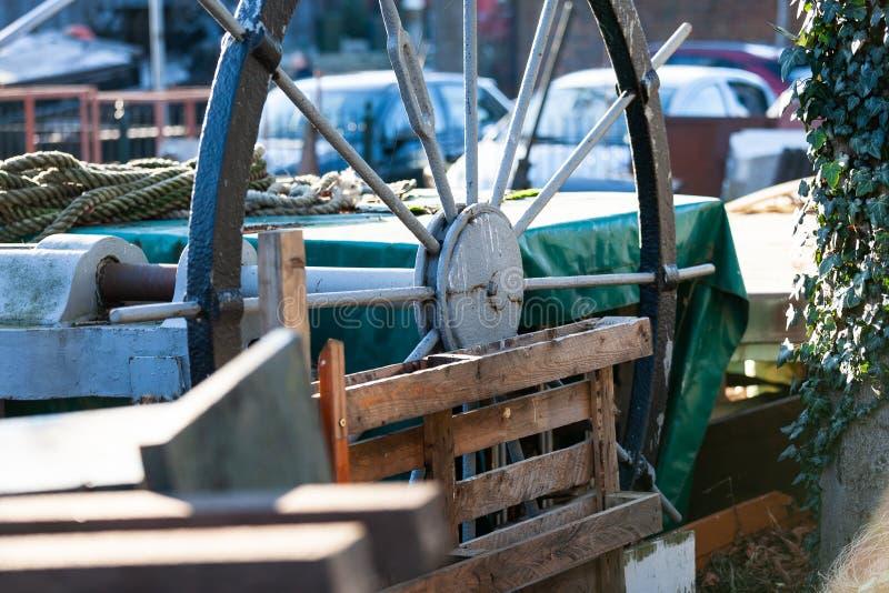 Gouda, Zuid-Holland/Nederland - Januari 20 2019: beeld van opgeslagen troep van een oude traditionele scheepswerf in het stadscen royalty-vrije stock foto