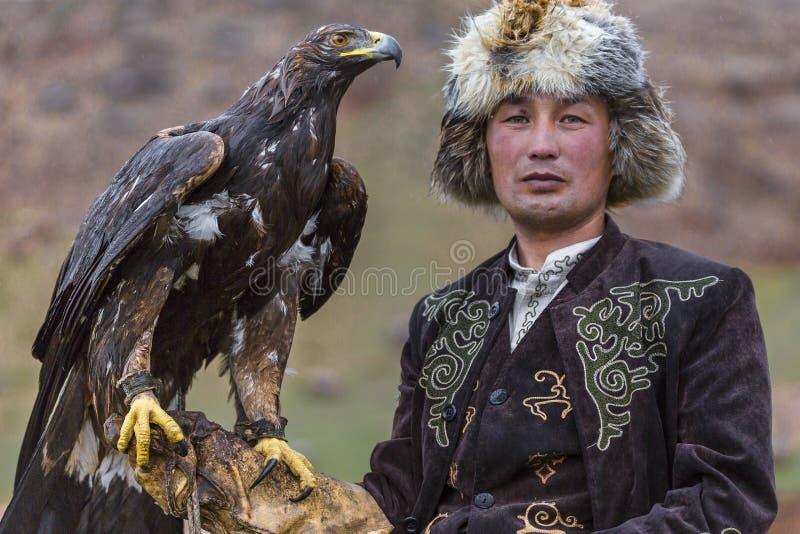 Gouden adelaar en de jager royalty-vrije stock afbeelding