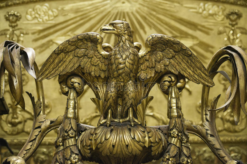 Gouden adelaarsstandbeeld stock foto's