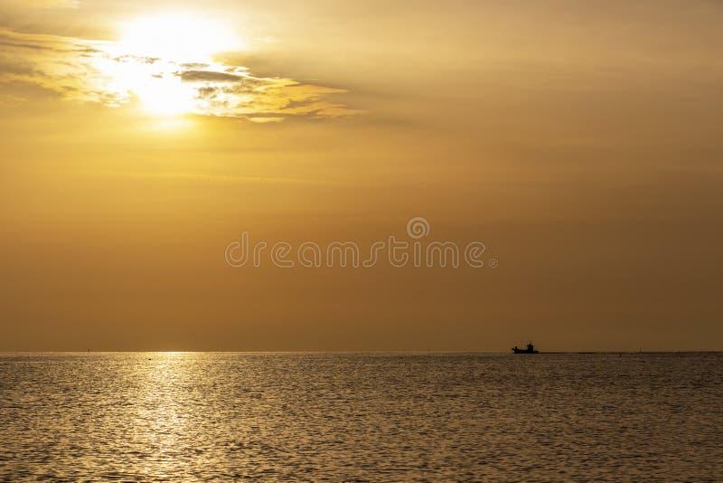 Gouden Adriatische Overzeese zonsopgang met een schip in Italië stock fotografie