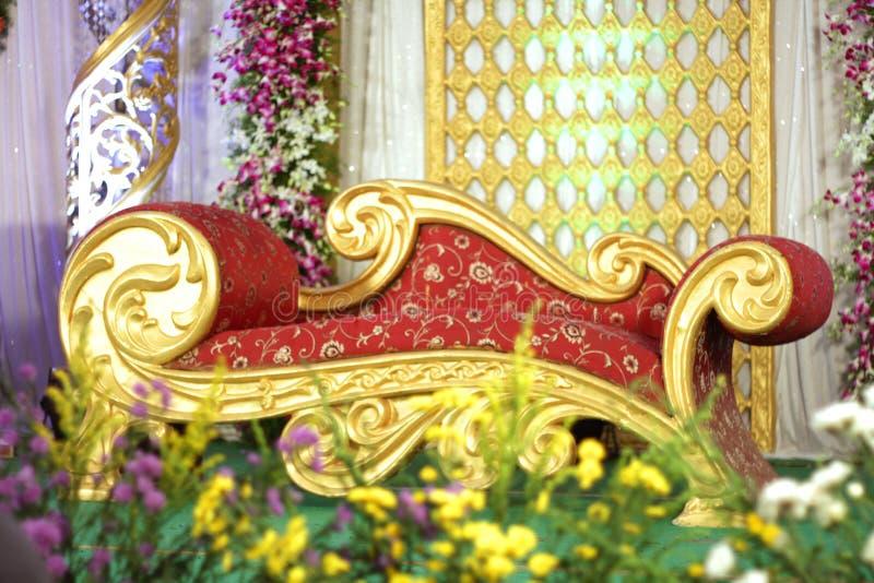 Gouden als thema gehad huwelijksstadium met bloemdecoratie royalty-vrije stock afbeelding