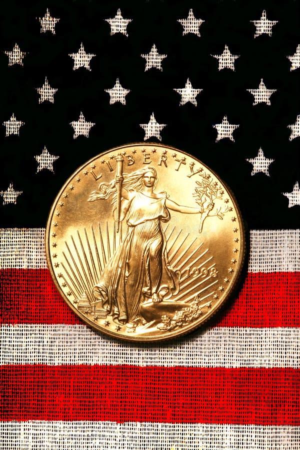 Gouden Amerikaanse Adelaar op Amerikaanse Vlag stock fotografie