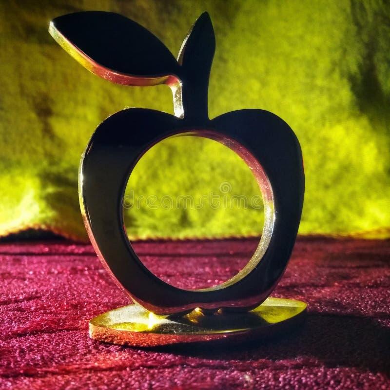 Gouden appelschaduw in donkere kleurrijk stock afbeeldingen