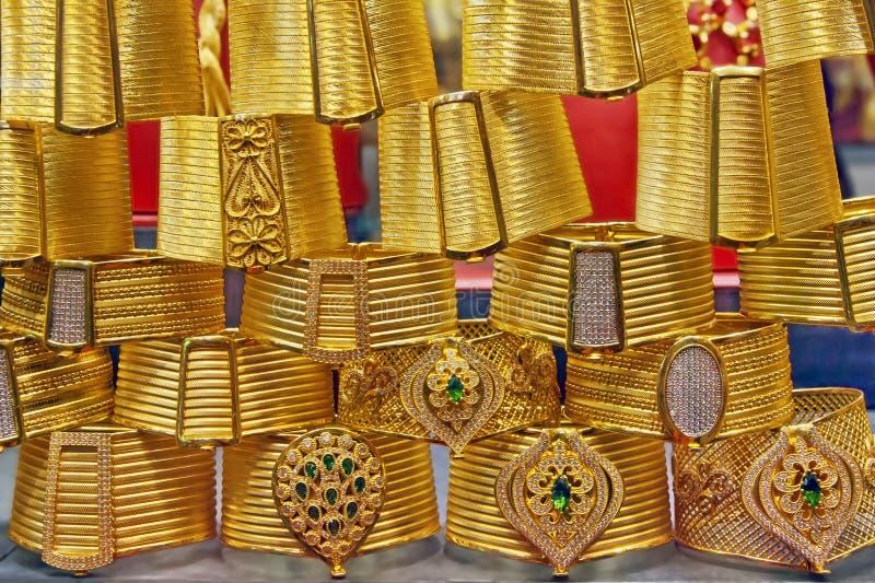 Gouden armbanden op grote bazaar Istanboel stock afbeeldingen