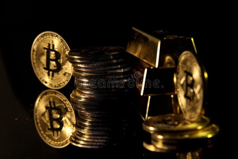 Gouden baar en bitcoin tegen zwarte achtergrond royalty-vrije stock afbeeldingen