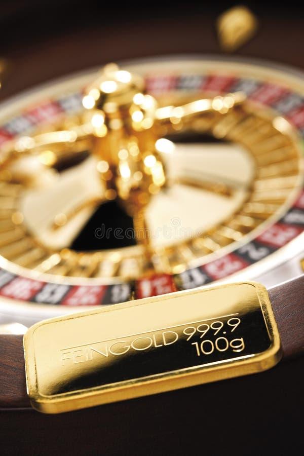 Gouden bar op roulettewiel stock foto's