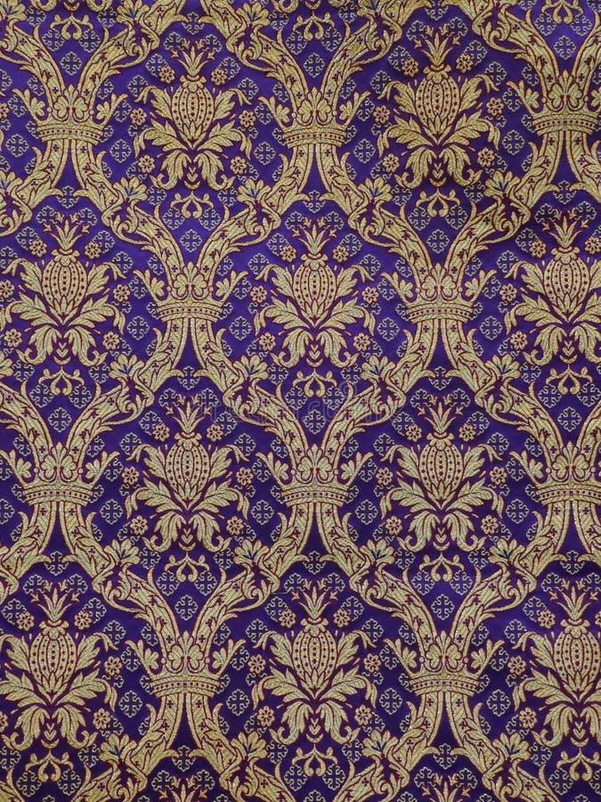 Gouden barok patroon op een violette achtergrond behang, stof, decostof, meubilairstof stock foto's