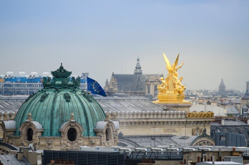 Gouden beeldhouwwerk met de mooie horizon van Parijs royalty-vrije stock foto